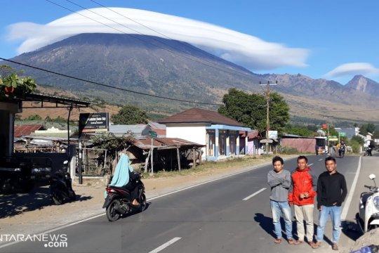 "Fenomena puncak Gunung Rinjani ""Bertopi"" tak terkait pertanda gempa"