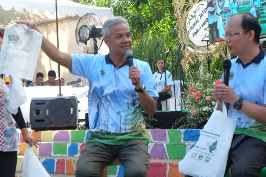 Gubernur Jateng dorong penggunaan plastik ramah lingkungan