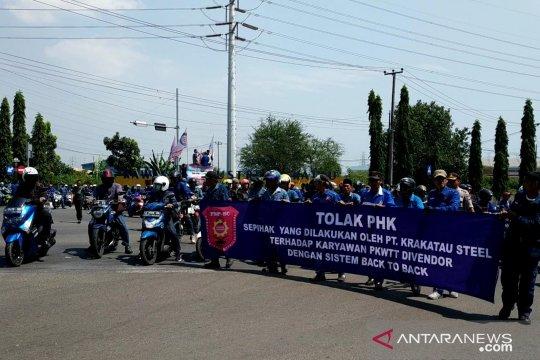 Ribuan buruh alih daya PT Krakatau Steel demo tolak PHK