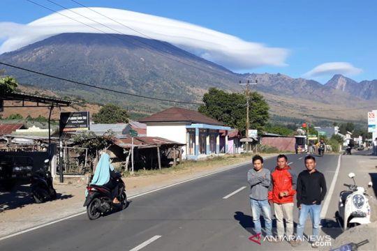 Fenomena puncak Gunung Rinjani bertopi