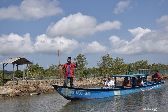 Jasindo salurkan wakaf perahu dan jala bagi nelayan