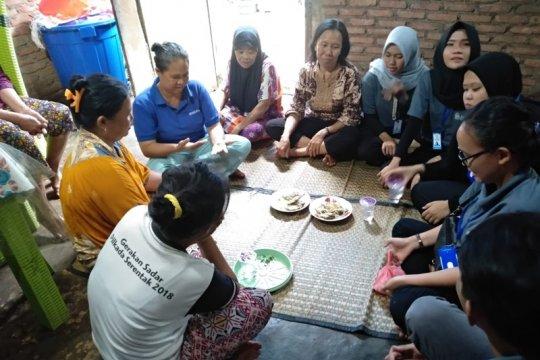 Mahasiswa Unila latih warga Desa Maringgai membuat keripik mengkudu