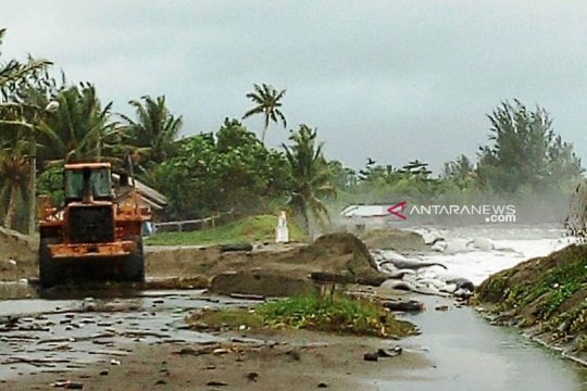Pemkab Aceh Barat siagakan alat berat atasi banjir rob