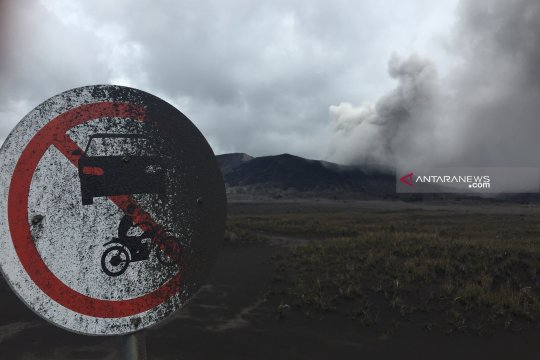 Abu vulkanik Gunung Bromo mengarah ke Kabupaten Malang