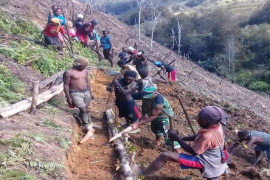 Babinsa Koramil Tiom ajak warga buka lahan kebun
