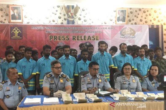 35 WNA Bangladesh bermasalah dipindahkan ke Rudenim Pekanbaru