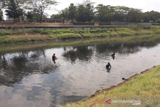 """Berburu """"harta"""" di dalam lumpur Kanal Banjir Timur"""