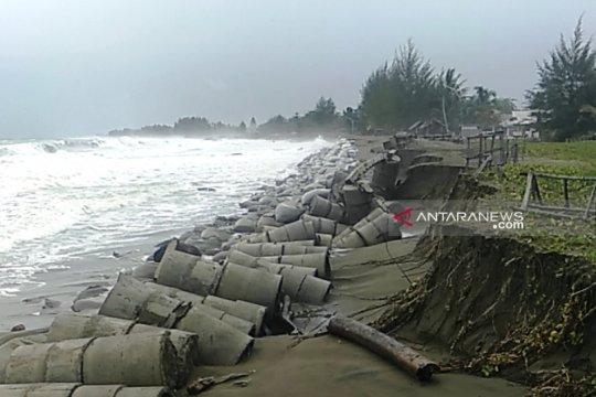 Banjir rob rusak tanggul pengaman pantai di Aceh Barat