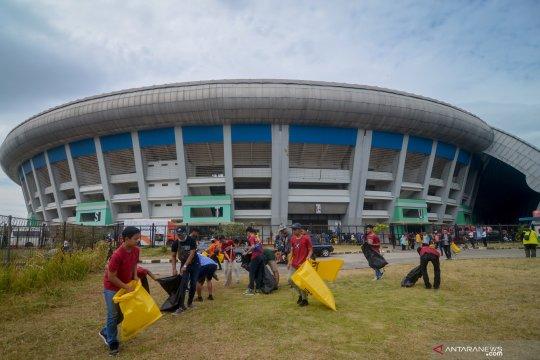 Aksi bersih bersih Stadion GLBA