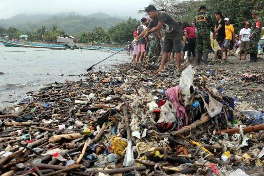 Aksi bersih pantai di Ambon
