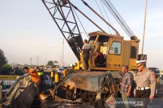 Polisi evakuasi kendaraan terbakar di Tol KM 5,100 Rawamangun-Cawang
