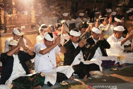 "Pemprov Bali ""Ngaturang Bakti Penganyar"" di Pura Mandara Giri Semeru"