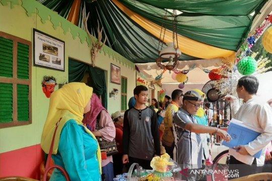 Warga nikmati makanan khas Betawi di anjungan wilayah Jakarta
