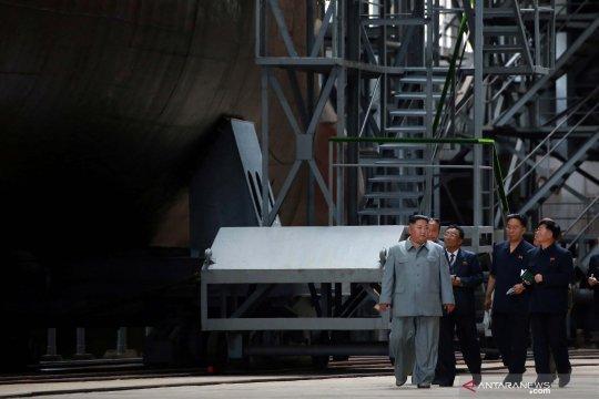 Kim Jong Un kunjungi pabrik kapal selam Korut