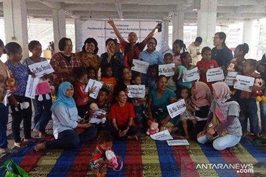 FJPI bagi buku kepada anak-anak Papua