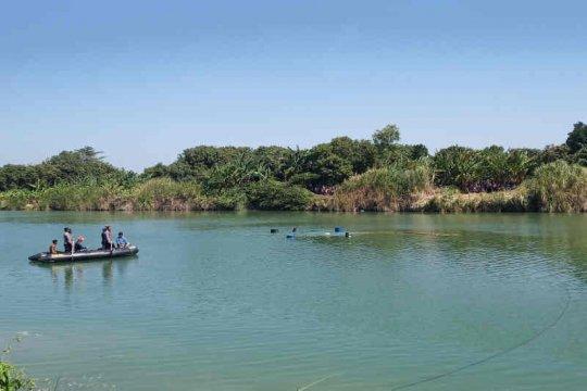 Angkat bangkai pesawat dari dalam Sungai Cimanuk, petugas gunakan drum