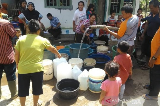Satuan Brimob Polda Banten bagikan air bersih ke warga Pontang