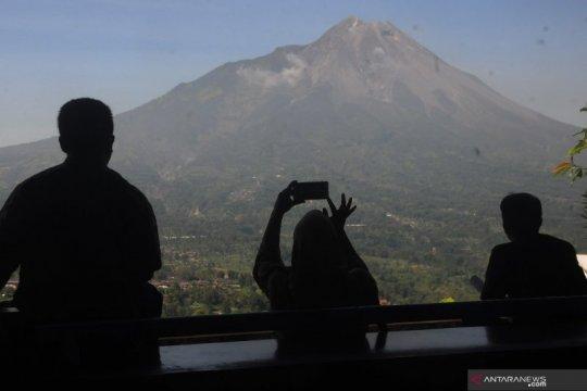 Awan panas guguran meluncur dari Gunung Merapi sejauh 1.000 meter