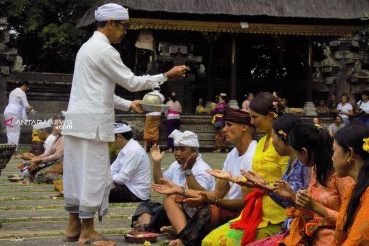 Turis asing non Hindu ikut sembahyang dan rayakan Galungan di Ubud