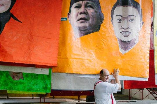 Seniman Austria bikin pameran dari spanduk kampanye pemilu 2019