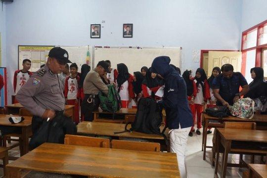 Petugas geledah isi tas pelajar di Blitar temukan rokok elektrik