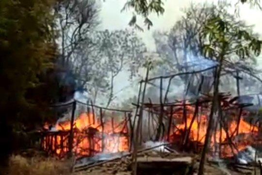Tiga rumah di Kampung Adat Ubu Bewi Sumba Barat terbakar