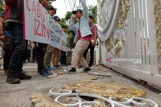 Unjuk rasa soal Danau Toba di kantor Gubernur Sumut, massa rusak pagar