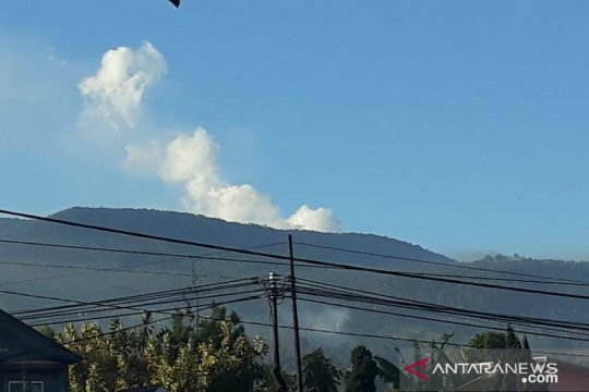 Asap Gunung Tangkuban Parahu terlihat dari Gedung Sate
