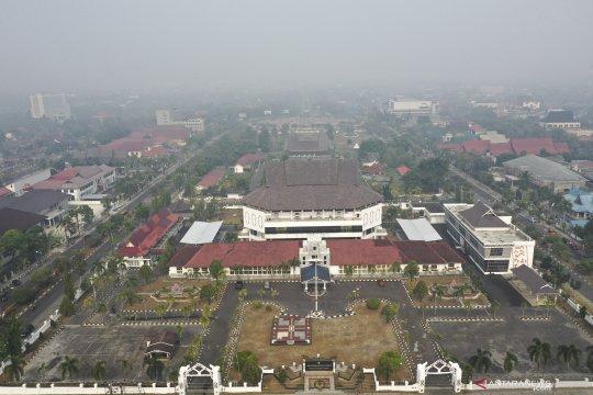 Pindah ibu kota, berlari dari gempa ke asap pekat kebakaran hutan