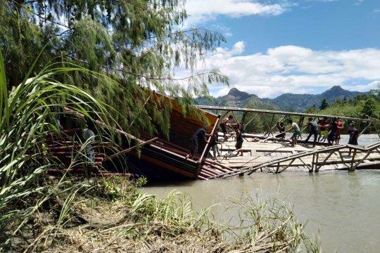 Komitmen PLN terangi negeri tak terhalang jembatan putus