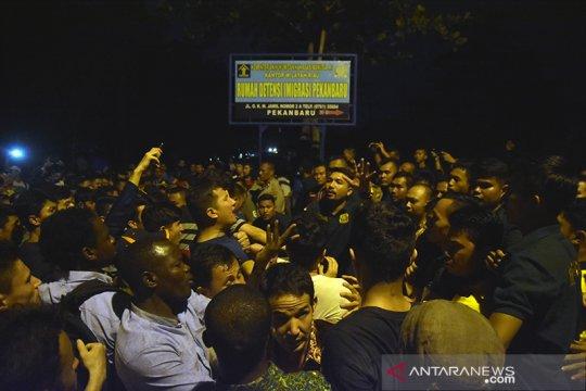 Ratusan pengungsi demo di kantor Rudenim Pekanbaru