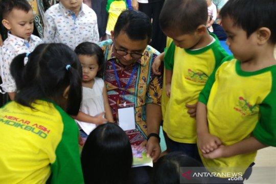 Orang tua dianjurkan perkenalkan buku ketimbang gawai pada anak