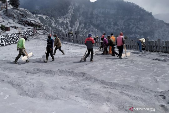 Abu vulkanik pascaerupsi Tangkuban Parahu mulai dibersihkan