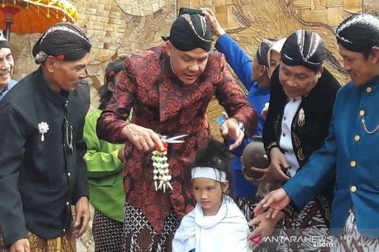 Gubernur Jawa Tengah ikut cukur anak rambut gembel di Wonosobo