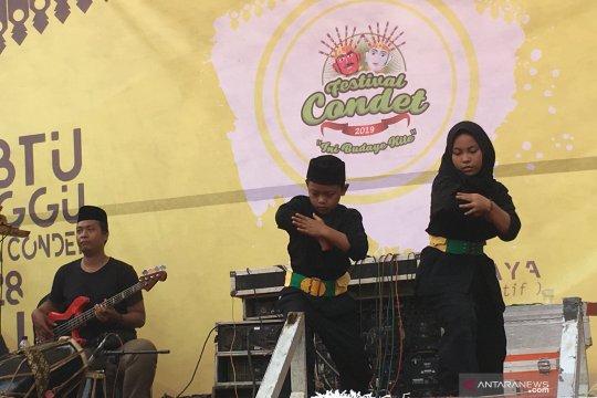 Anak muda bermain silat Betawi dalam Festival Condet