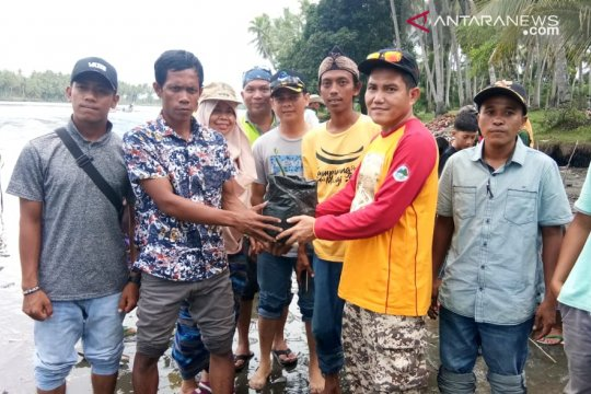 DLH gelar aksi bersih di Pantai Indah Maligi-Pasaman Barat