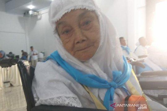 Seorang calon haji lansia asal Sumut berangkat ke Mekkah