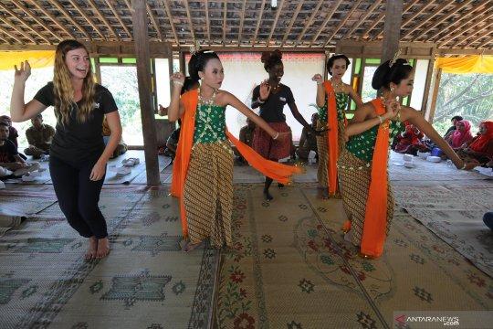Relawan asing edukasi nutrisi