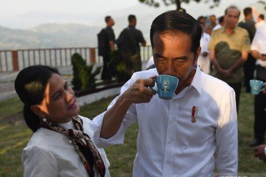 Presiden coba kopi lokal dari Danau Toba