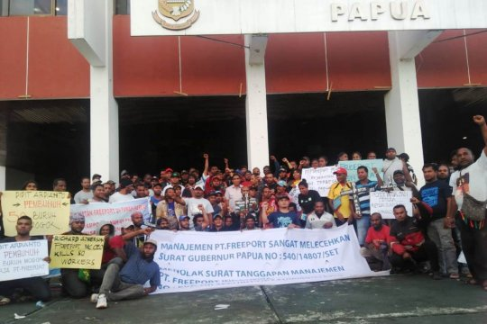 Eks karyawan Freeport-mahasiswa demo di Kantor Gubernur Papua