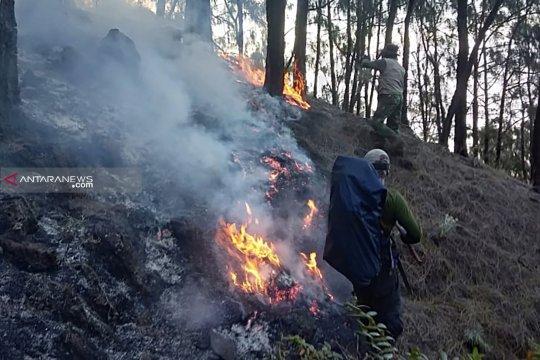 Pemadaman api di Gunung Arjuno terkendala medan curam