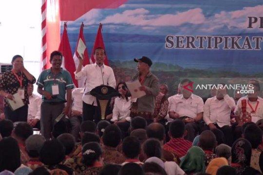 Presiden Jokowi bagikan seribu sertifikat tanah di Danau Toba