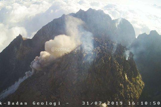 Gunung Merapi keluarkan awan panas guguran sejauh 950 meter