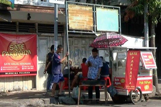 Peduli Hari Anak Nasional, penjual sate gratiskan anak-anak