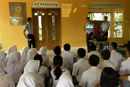 Taruna Poltekim sosialisasi fungsi imigrasi di Batam