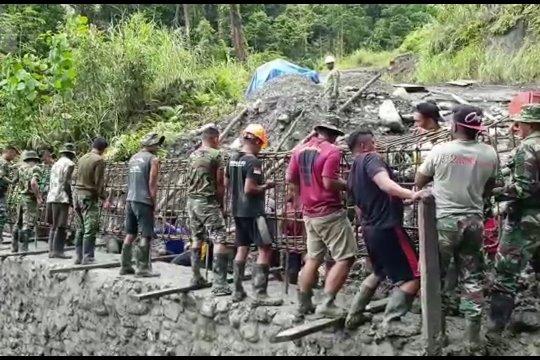 Aksi prajurit TNI bangun jembatan trans Papua