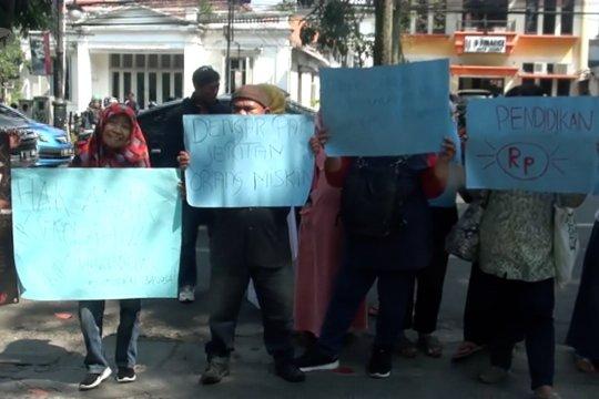 Keluhkan sistem zonasi, puluhan orang tua datangi Pemkot Bandung