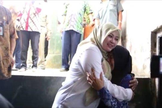 Kunjungi Nining, Bupati Irna janjikan bantuan rumah