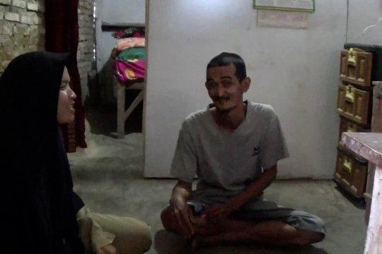 15 tahun mengabdi, seorang guru tinggal di samping toilet