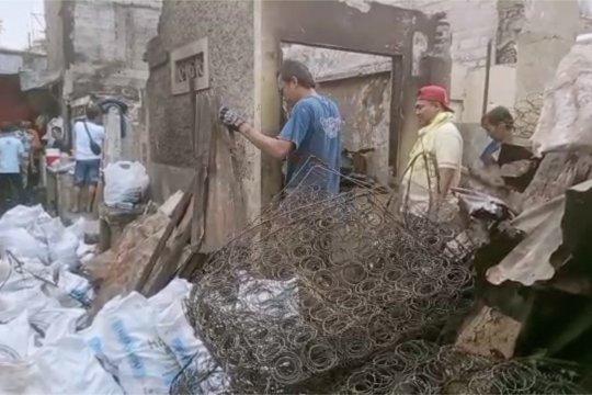 Warga membersihkan puing-puing kebakaran Tebet